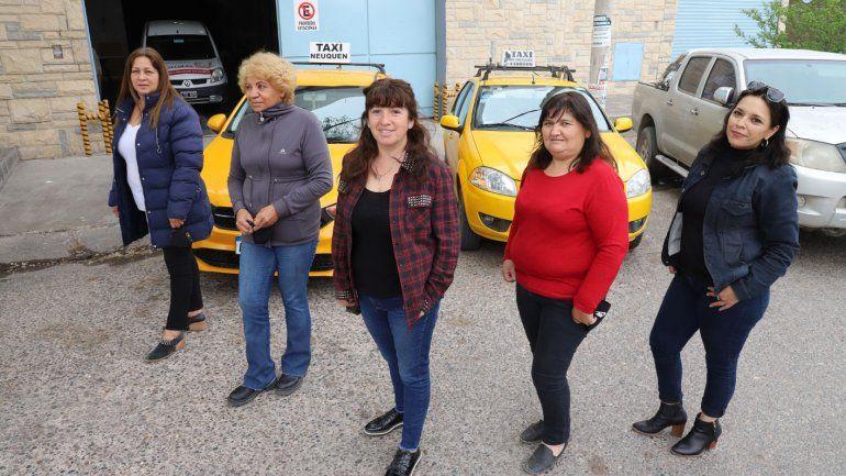Mujeres taxistas impulsan el Taxi Rosa.