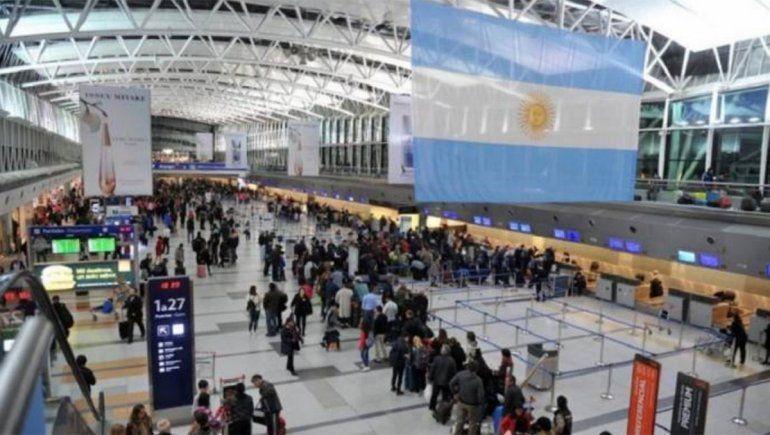 Polémica por una norma que aumenta el costo de los viajes al exterior