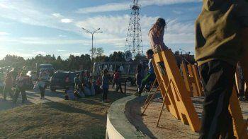 Mujeres desocupadas cortan el tránsito en la Ruta 22 en Cutral Co