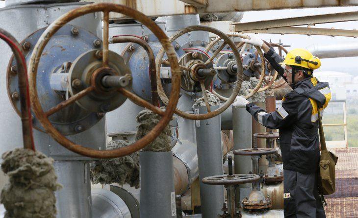 Foto de archivo de un especialista examinando equipamiento en un control en la refinería de Achinsk