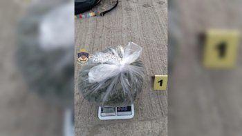 lo detuvieron en un control y le encontraron 1 kilo de droga y $15 mil