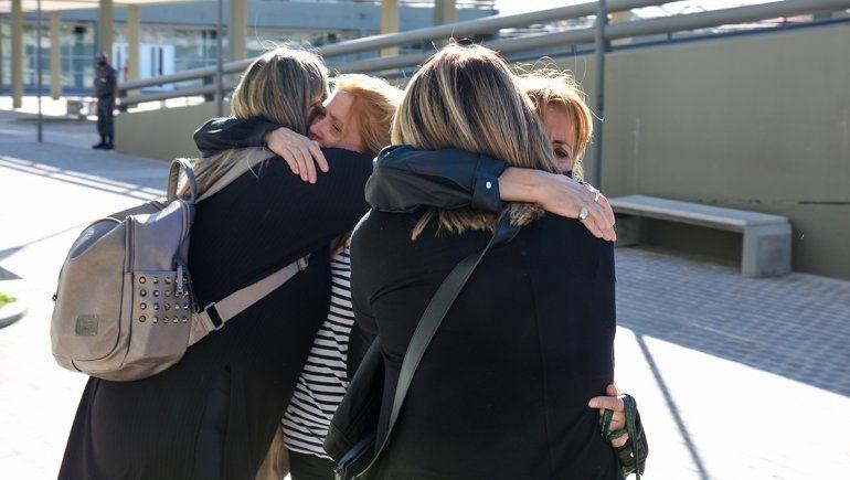 Hermanas y amigas de María Marta se fundieron en un abrazo tras el veredicto del jurado popular.