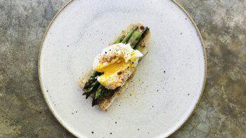 tostada de esparragos y huevo, imperdible