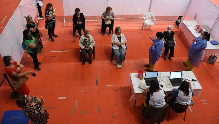 La vacunación en Neuquén ya alcanzó a los mayores de 80 y personal esencial.
