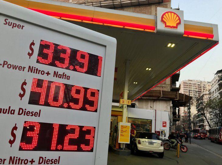 Foto de archivo. Una valla publicitaria electrónica con los precios de la gasolina en una estación de servicio Shell en Buenos Aires