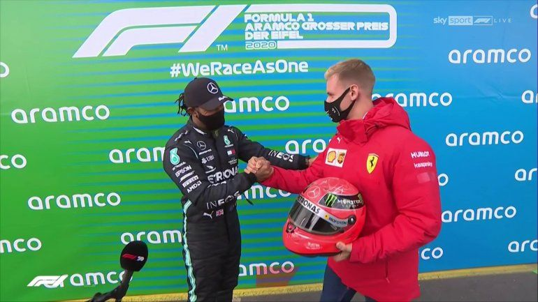 Emotivo momento: el hijo de Schumacher le entregó el casco de su padre a Hamilton