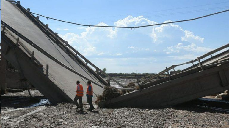 Un fuerte temporal hizo colapsar un puente sobre la Ruta 40