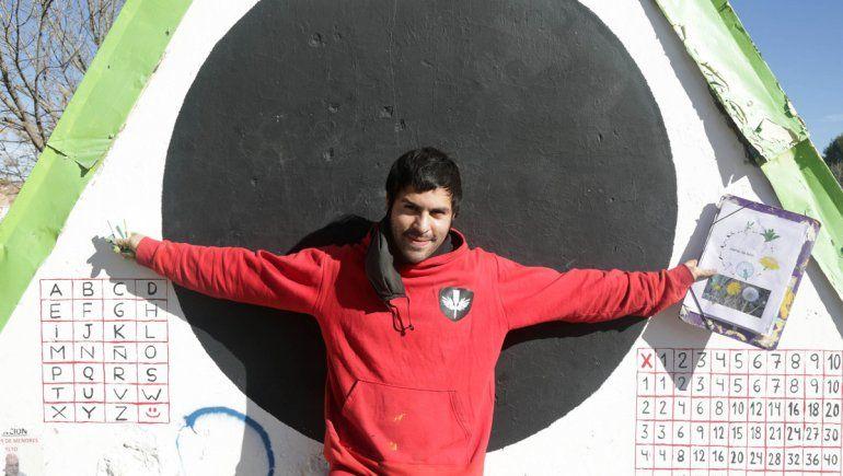 El pintor de las rayuelas que enseñan y alegran las plazas de Neuquén
