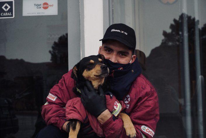 Santiago junto el perro playero en Piedra del Águila.
