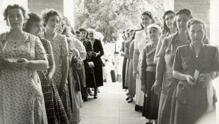 Las mujeres hacen la fila para emitir su voto.