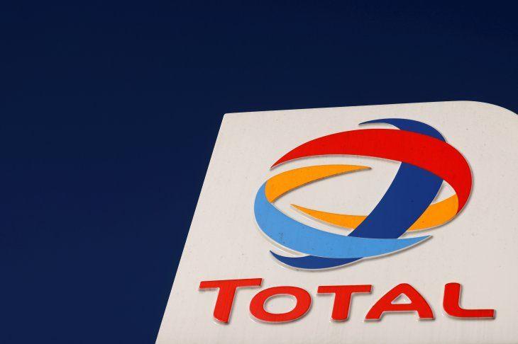 FOTO DE ARCHIVO: El logotipo de la empresa de hidrocarburos francesa Total en una gasolinera en Neuville-Saint-Rémy