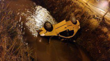 Taxista perdió el control y cayó al canal con un pasajero