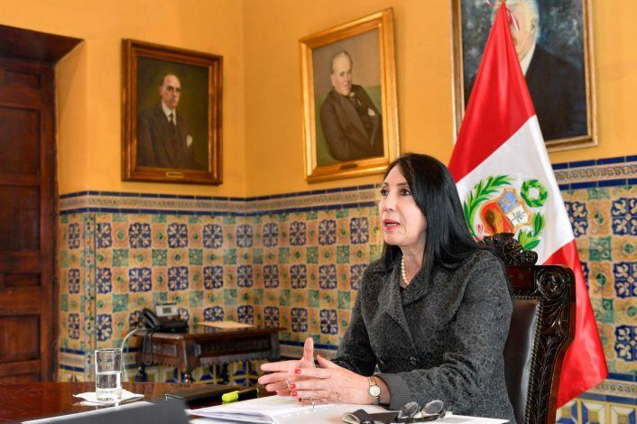 COVID: ministra renuncia por vacunarse antes de lanzarse la campaña