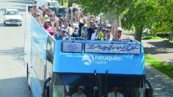 El bus turístico traslada a los interesados de forma gratuita por la ciudad.