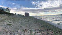 A metros de ese lugar, en el acceso a los acantilados, se encuentra la playa de perros. (Imagen: Google Earth)