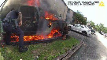 impactante: policia rescato a un hombre de un auto prendido fuego