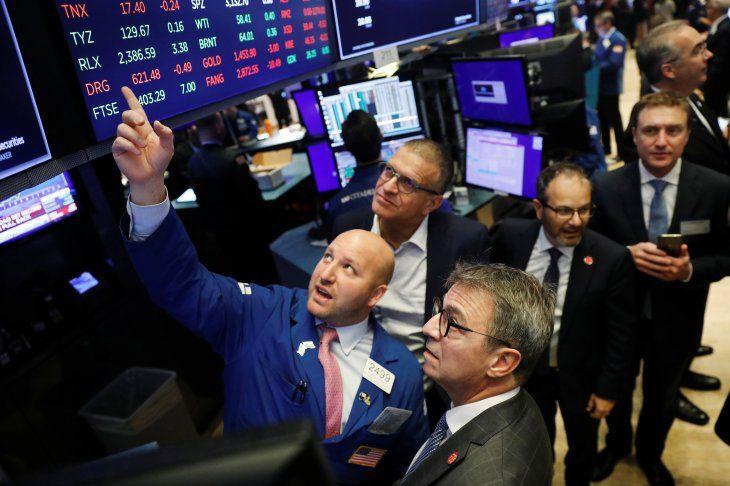 Ejecutivos de Wall Street observan las pantallas electrónicas antes de una importante OPI en la Bolsa de Nueva York. November 26