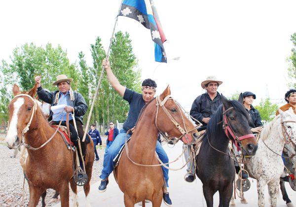 Los Kaxipayiñ y la familia y comunidad Painemil. Estos últimos sí tienen tierras legalmente asignadas cerca de Mari Menuco. (Foto Archivo).
