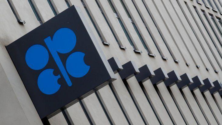 FOTO DE ARCHIVO: Logo de la Organización de los Países Exportadores de Petróleo (OPEP) que se encuentra fuera de su sede