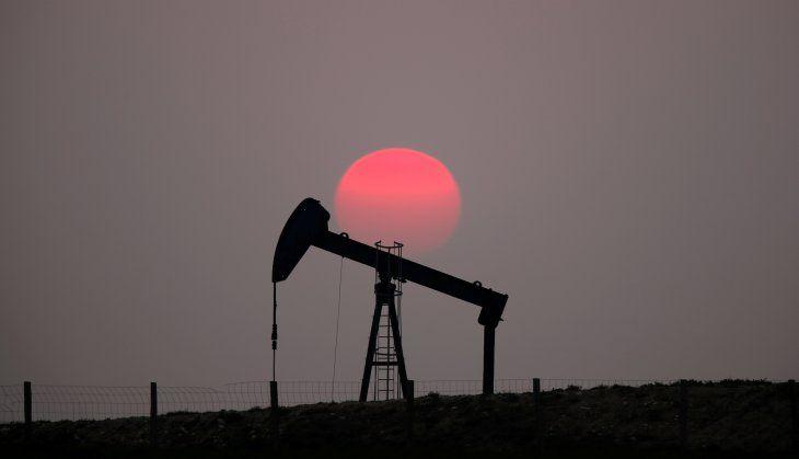Imagen de archivo de una puesta de sol atrás de un balancín de petróleo en las afueras de Saint-Fiacre