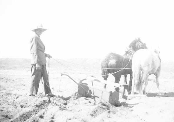 una foto, un frances y la historia del monumento a los pioneros