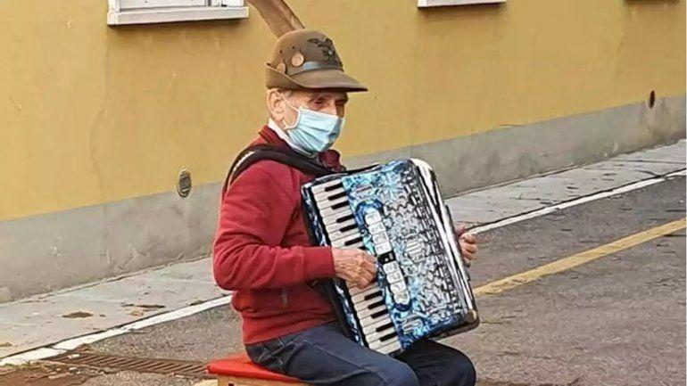 Conmovedor: abuelo italiano le cantó una serenata a su esposa en el hospital
