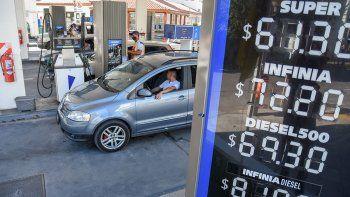Los precios de la nafta y el gasoil aumentan sin techo