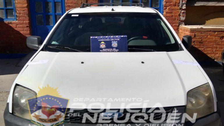 La Policía secuestró una camioneta Ford EcoSoport en el allanamiento.
