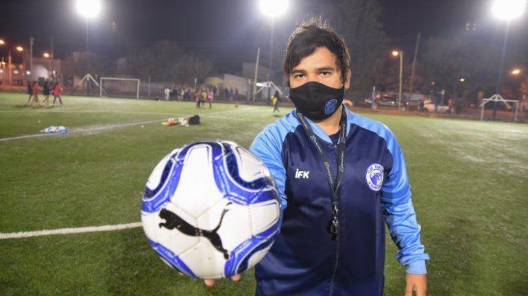 Caleb Flores, el coordinador del equipo, con las chicas de fondo entrenando (Omar Novoa)