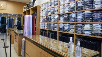 Los neuquinos ya no usan ropa formal: las ventas cayeron un 50%
