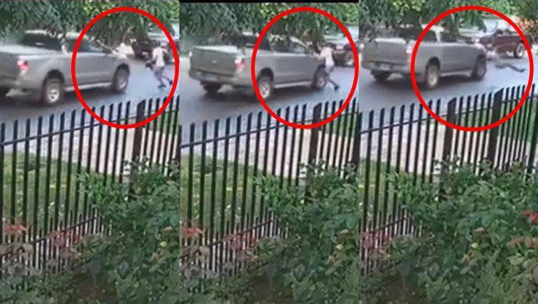 Video: quería escapar de motochorros y fue atropellado por una camioneta