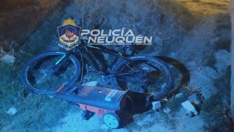 Dos delincuentes entraron a robar a una casa del barrio Ruca Che y se llevaron una costosa bicicleta y una hidrolavadora. Los atraparon y recuperaron el botín.