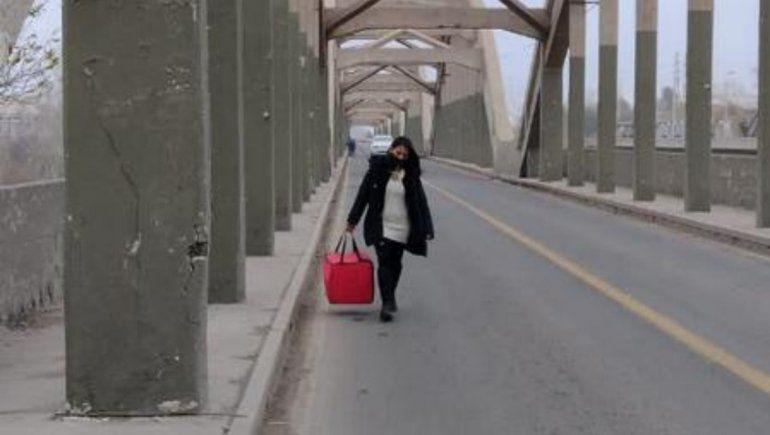 La candidata que cruzó el puente caminando para entregar pedidos y mantener su trabajo