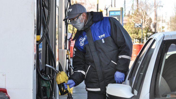 La suba de naftas y gasoil de YPF busca evitar un atraso en los surtidores que complique las finanzas de la compañía. Esta vez llegó de la mano con un aumento de biocombustibles.