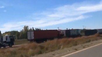 la increible fila de 17 kilometros de camiones en el corte de arroyito
