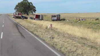 Camión y colectivo quedaron en la banquina.
