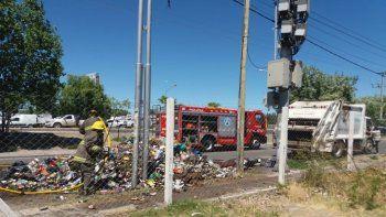 Tiró toda la basura a la calle para evitar que se queme el camión