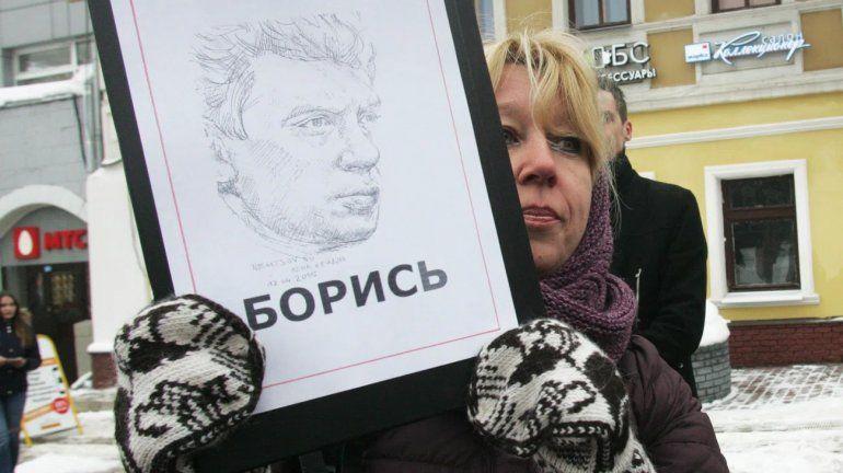 Una periodista opositora a Putin se prendió fuego