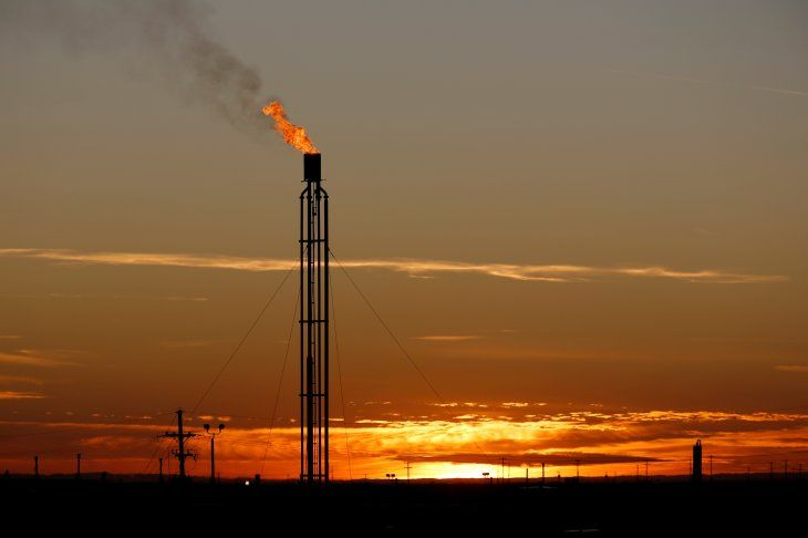 Imagen de archivo de una llama que quema exceso de gas natural en la Cuenca Pérmica en el Condado Loving