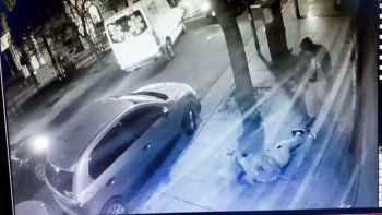 Lo acribillan de cinco disparos en la calle y delante de su pareja