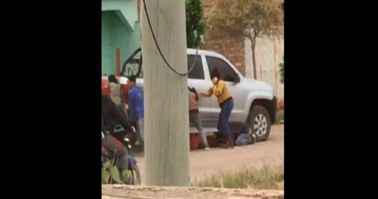 Varios vecinos participaron del rescate tras el accidente para sacarla de abajo de la Amarok.