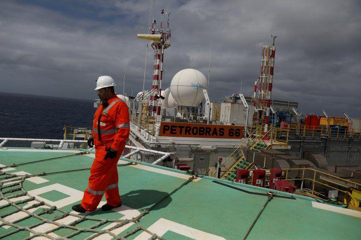 Foto de archivo ilustrativa de un trabajador caminando en el helipuerto de la plataforma de  Petrobras P-66 en la cuenca de Santos