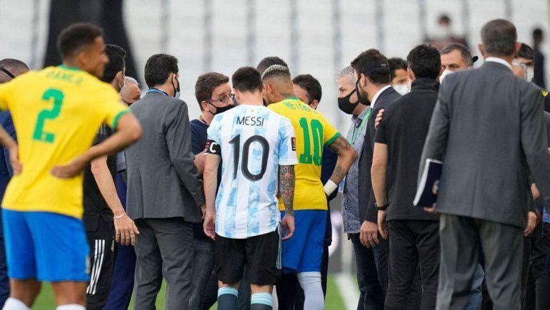 El partido entre Brasil y Argentina fue suspendido cuando apenas iban cinco minutos de juego.