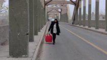 la candidata que cruzo el puente a pie para mantener su trabajo