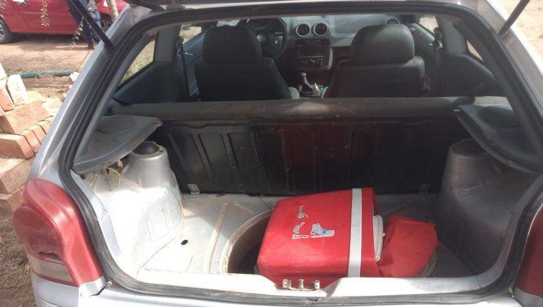 En el auto de los delincuentes encontraron parte de los elementos robados en la remisería.