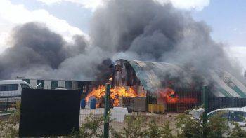 Voraz incendio destruyó un galpón en Parque Industrial