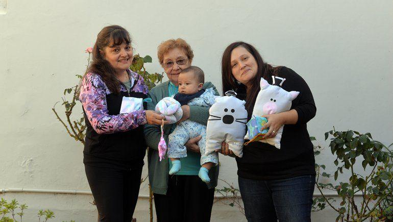 Inspirada en su bebé, empoderó a su abuela y su madre para hacer juguetes sensoriales