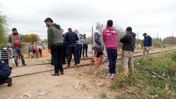Un padre halló a su hijo mutilado en la vía del tren