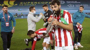 Asier Villalibre defiende a Messi a pesar del recibir el puñetazo