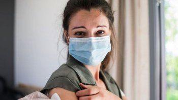 vacunarse reduce hasta la mitad el covid largo